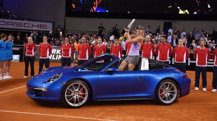 Sharapova con il trofeo di Stoccarda nel 2014