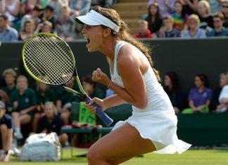 Michelle Larcher de Brito in ginocchio dopo aver battuto Maria Sharapova a Wimbledon nel 2013